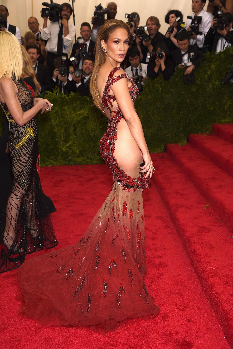Jennifer Lopez dans une magnifique robe adoptant le style Side-Bum